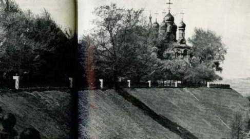 Весьма вероятно, что рязанский собор повторил существенную особенность московского собора, выражавшуюся в наличии в нем трех притворов